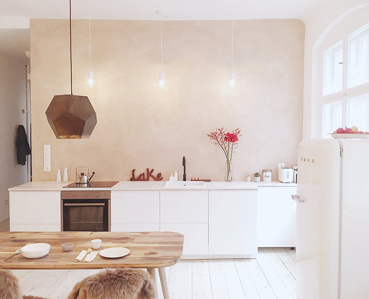 espanyolet hand painted pink wall in kitchen